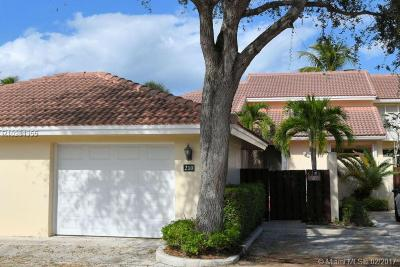 Palm Beach Gardens Townhouse For Sale: 210 Old Meadow Way