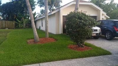 Riviera Beach Single Family Home For Sale: 2541 Doral Way