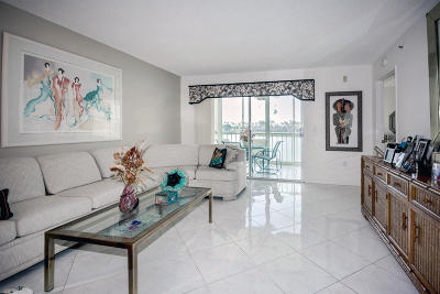 Delray Beach Condo For Sale: 6112 Huntwick Terrace #206