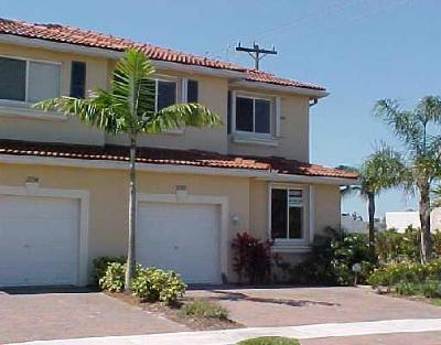 Boynton Beach Townhouse Contingent: 2792 S Evergreen Circle #2792