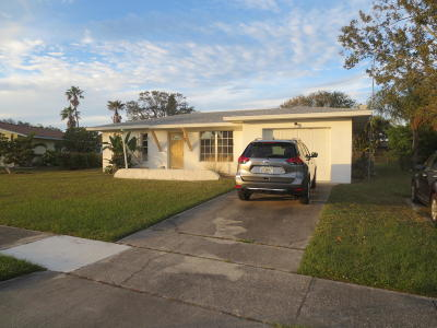 Port Saint Lucie Single Family Home For Sale: 287 NE Camelot Drive