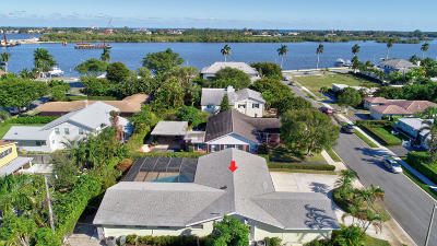 West Palm Beach Single Family Home For Sale: 131 Worth Court S