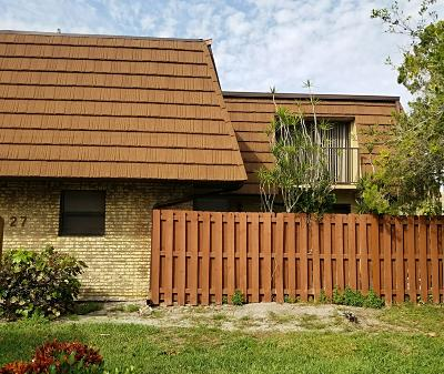 Fort Pierce Townhouse Contingent: 1458 Lawnwood Circle #27d