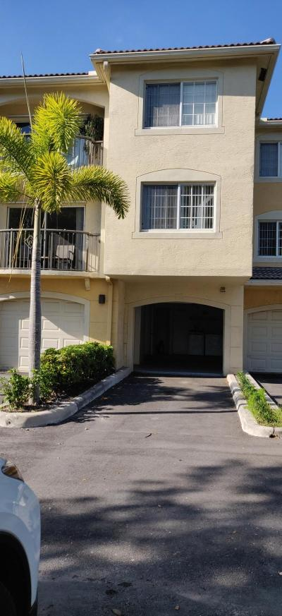 Royal Palm Beach Condo For Sale: 900 Crestwood Court S #915