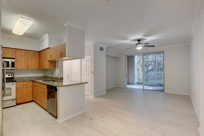 West Palm Beach Condo For Sale: 6410 Emerald Dunes Drive #105