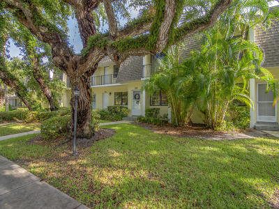 Vero Beach Townhouse For Sale: 833 Camelia Lane #5