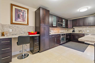West Palm Beach Condo For Sale: 1700 Embassy Drive #102