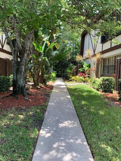 Royal Palm Beach Townhouse Contingent: 136 Weybridge Circle #D
