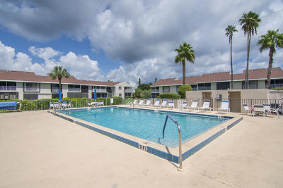 Fort Pierce Condo Contingent: 3209 S Lakeview Circle #8-101