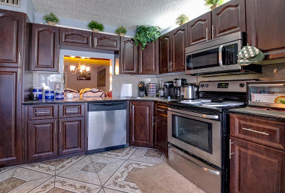 Greenacres Townhouse For Sale: 221 Foxtail Drive #B