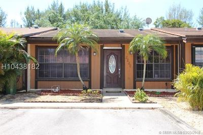 Pembroke Pines Condo/Townhouse For Sale: 2220 Buttonwood Ave