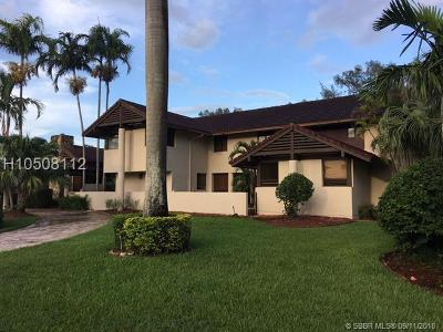 Hialeah Single Family Home For Sale: 19431 E Oakmont Dr