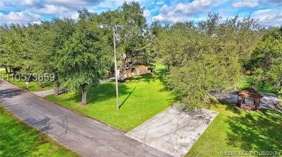 Davie Single Family Home Active Under Contract: 13715 SW 36 Ct