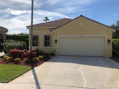 Weston Single Family Home For Sale: 885 Tanglewood Cir