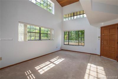 Coral Gables Condo/Townhouse For Sale: 609 Almeria Ave #203