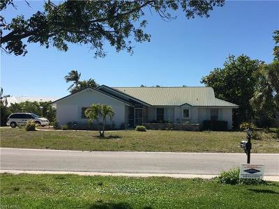 Naples Single Family Home For Sale: 385 Pinehurst Cir NW