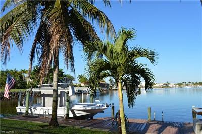 Naples Single Family Home For Sale: 215 Cays Dr