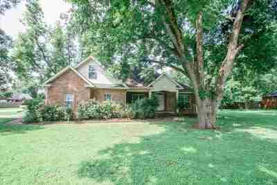 Single Family Home For Sale: 121 Desirable Lane