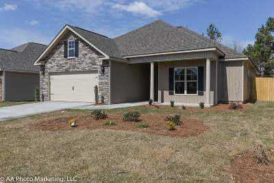 Single Family Home For Sale: 104 Loneoak Trail