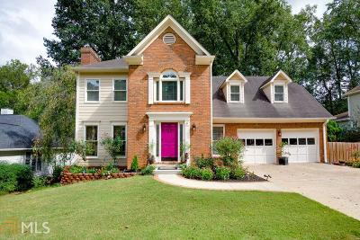 Roswell Single Family Home For Sale: 715 Whitehall Way