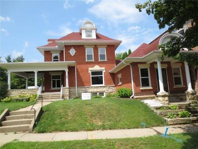 Anamosa Single Family Home For Sale: 102 S Booth Street