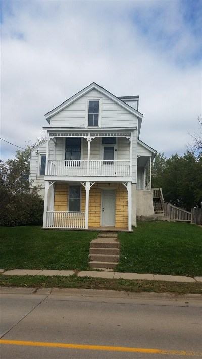 Dubuque Single Family Home For Sale: 521 Clarke Drive