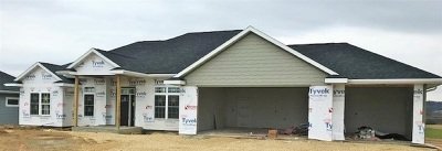 Dubuque Single Family Home For Sale: 2002 Creek Wood Drive