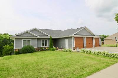 Dubuque Single Family Home For Sale: 1924 Creek Wood Drive