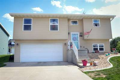 Dubuque Single Family Home For Sale: 2000 Eagle Valley Drive