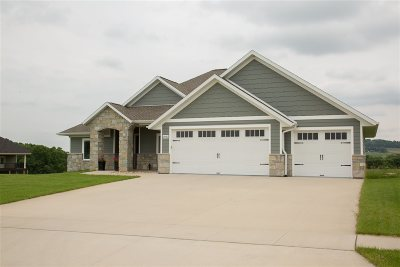 Dubuque Single Family Home For Sale: 2032 Creekwood Drive