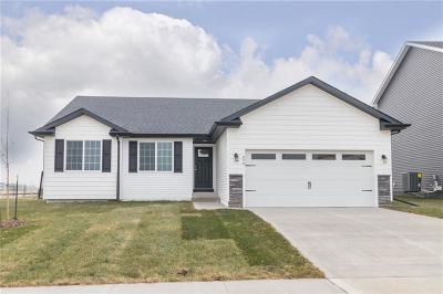 Waukee Single Family Home For Sale: 690 SE Maxwell Drive
