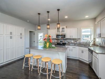 Waukee Single Family Home For Sale: 1665 Warrior Lane