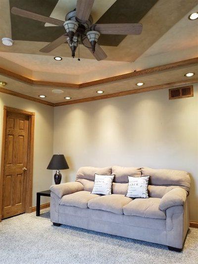 Hiawatha Single Family Home For Sale: 985 Dry Run Creek Ct