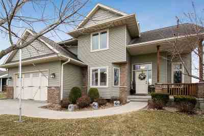 North Liberty Single Family Home For Sale: 425 Tartan Dr