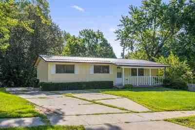 Coralville Single Family Home Contingent: 909 20th Avenue Pl #A &