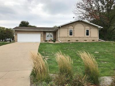Marshalltown Single Family Home For Sale: 402 Springfield Drive
