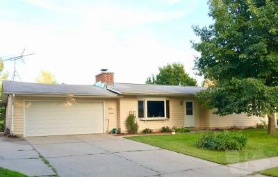 Marshalltown Single Family Home For Sale: 301 Sunset Lane