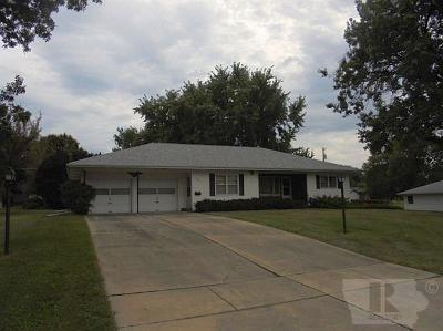 Marshalltown Single Family Home For Sale: 104 Crestview Drive