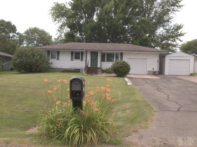 Marshalltown Single Family Home For Sale: 2504 Hilltop Drive