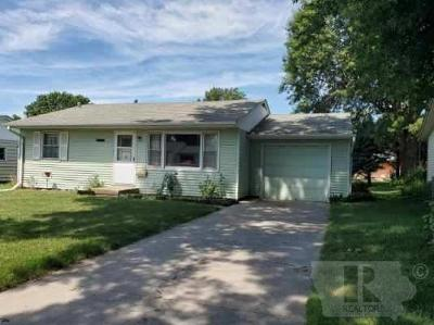 Marshalltown Single Family Home For Sale: 1610 Laurel Drive
