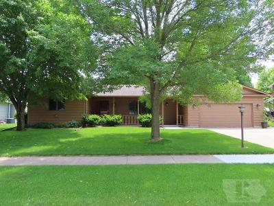 Mason City Single Family Home For Sale: 215 Woodbine