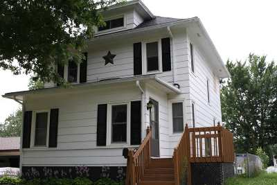 Oelwein IA Single Family Home For Sale: $90,000