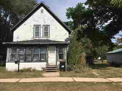 Oelwein IA Single Family Home For Sale: $45,900