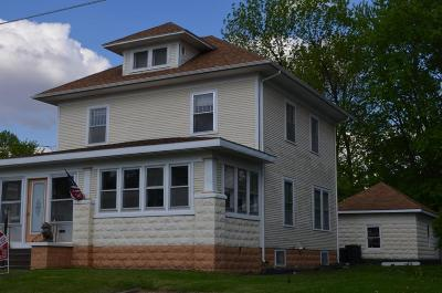 Oelwein IA Single Family Home For Sale: $59,900