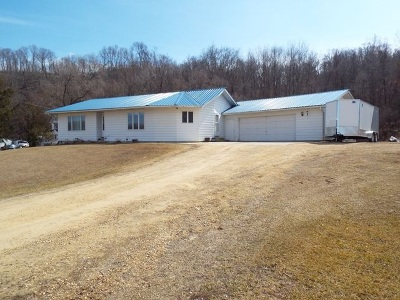 Colesburg IA Single Family Home For Sale: $135,000