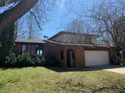 Oelwein IA Single Family Home Sale Pending: $179,000
