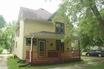 Oelwein IA Single Family Home For Sale: $49,900