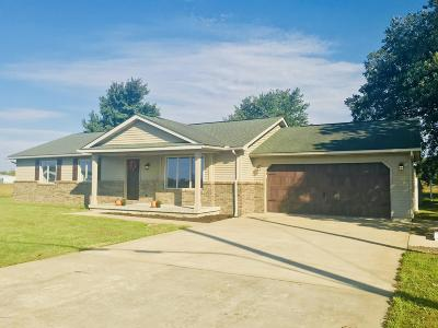 Marion IL Single Family Home Active Contingent: $129,500