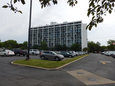 Lombard Condo/Townhouse Contingent: 2005 South Finley Road South #703