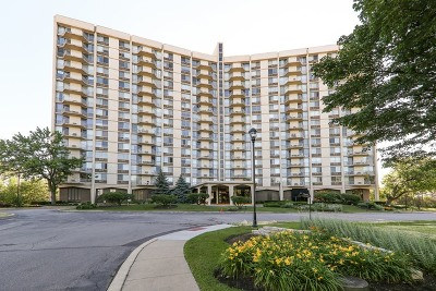 Oak Brook Condo/Townhouse Re-activated: 40 North Tower Road #6L